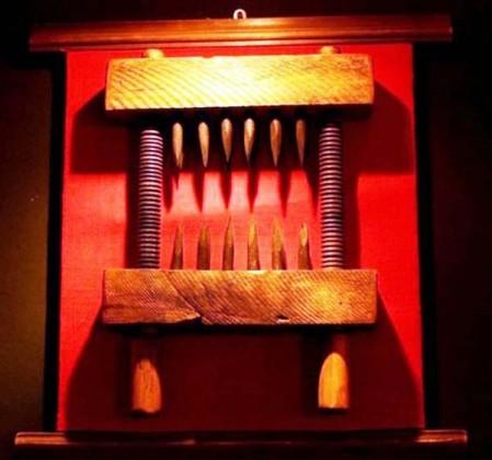 6 Lo spaccaginocchia - Torture medioevali