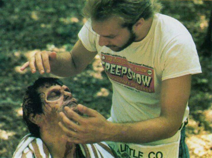 Greg Nicotero fissa il trucco da deadite a Bruce Campbell - The Evil Dead 2